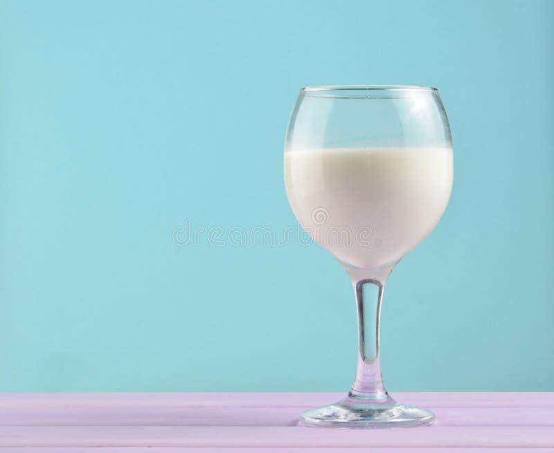 Wina szkło naturalny mleko na pastelowym tle, nostalgia, minimalizmu trend, kopii przestrzeń obraz royalty free