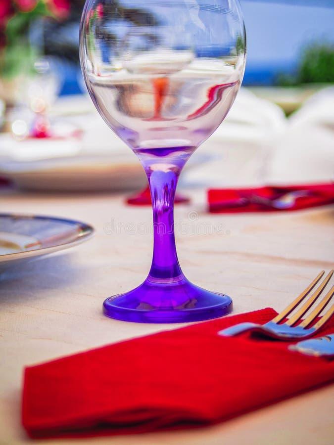 Wina szkło w stole obraz royalty free