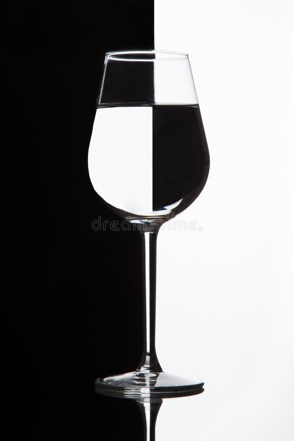 Wina szkło z domino skutkiem Wineglass z cieczem - refrakcja obrazy royalty free