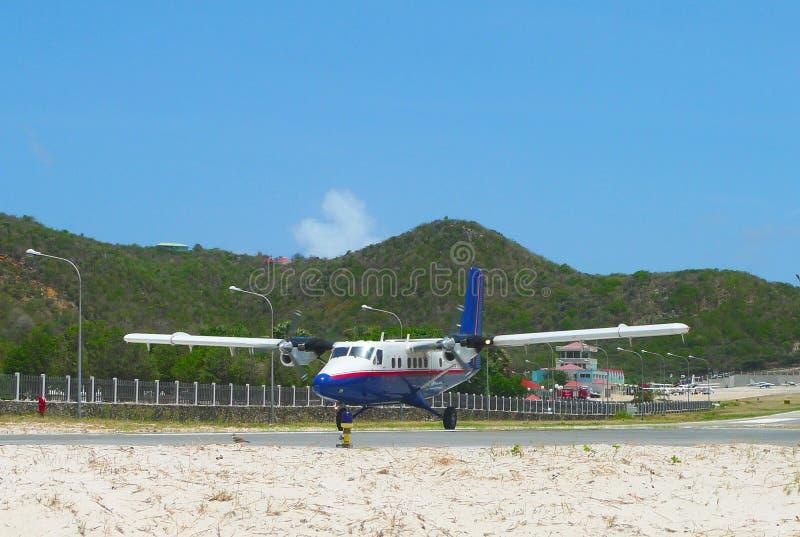 Winair dhc-6 die vliegtuigen bij St Barths luchthaven zijn geland stock fotografie