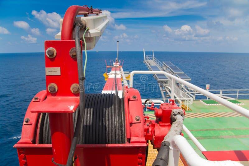 Winch dźwigowy huk przy ropa i gaz wellhead pilota platformą fotografia stock