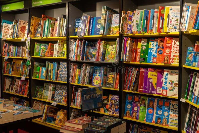 11-06-2019 Winchester, Hampshire, UK Children's Books, te koop in winkels in een boekenwinkel of boekenwinkel royalty-vrije stock foto's