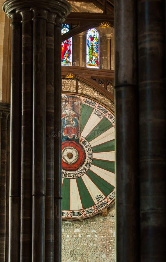 Winchester, het UK - 7 Maart 2011: De rondetafel van koningsarthur tussen de kolommen van de Grote Zaal stock afbeeldingen