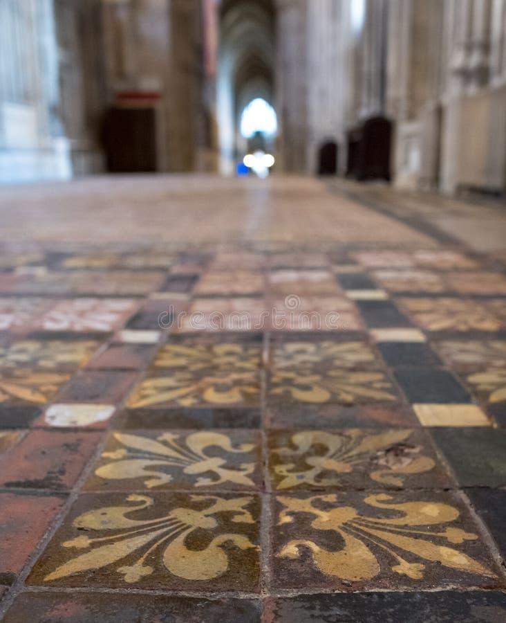 Winchester Reino Unido Feche acima das telhas de assoalho encaustic medievais na ilha sul do retrochoir na catedral de Winchester fotos de stock