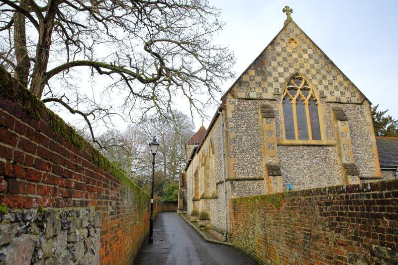 WINCHESTER, REINO UNIDO: Una calzada con las paredes coloridas que llevan a una iglesia situada en St Michaels Passage foto de archivo