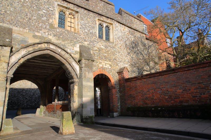 WINCHESTER, UK: Πύλη εισόδων στην παλαιά πόλη με την εκκλησία του ST Swithun επάνω σε Kingsgate στοκ φωτογραφία με δικαίωμα ελεύθερης χρήσης