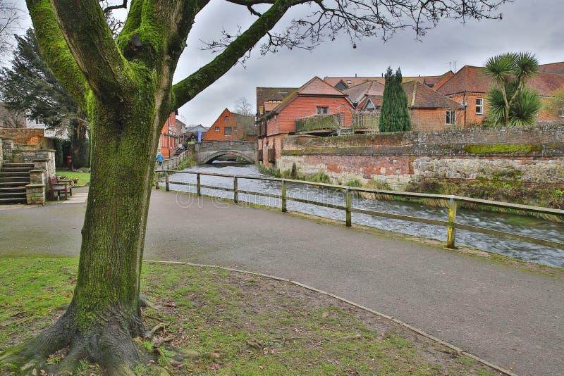 WINCHESTER, UK: Spacer wzdłuż Rzecznego Itchen prowadzi miasto młyn zdjęcie royalty free