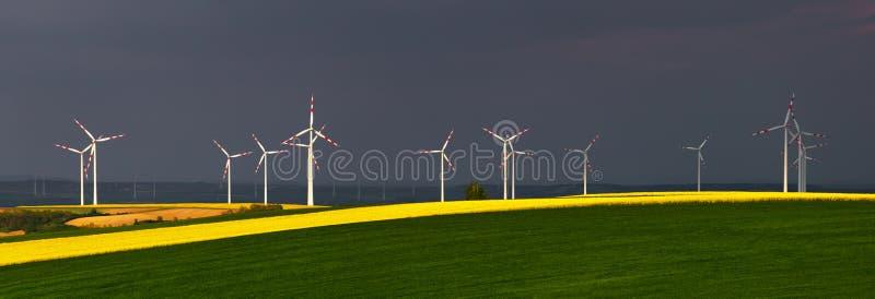 Wind-Arbeitsturbinen stockfotos