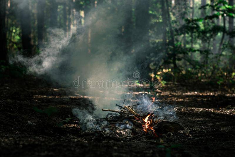 Wind brennt auf Kohlen durch lizenzfreie stockfotografie