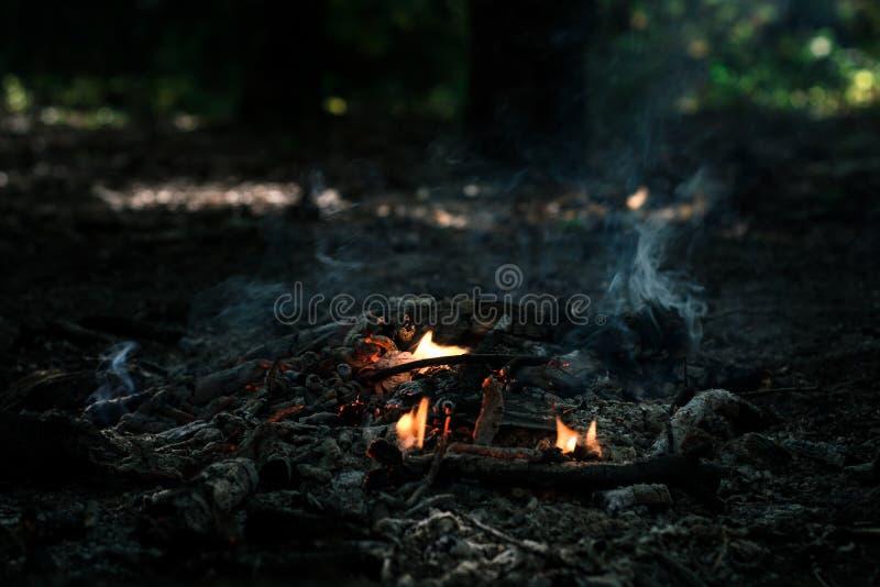 Wind brennt auf Kohlen durch lizenzfreies stockbild