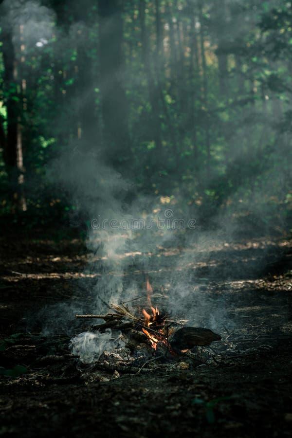 Wind brennt auf Kohlen durch stockfoto