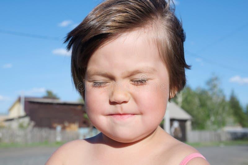 Wind brennt durch, Sonne ist glänzend auf Gesicht Porträt des kleinen Mädchens am Sommer, nettes entzückendes Kinderlächeln glück stockfoto