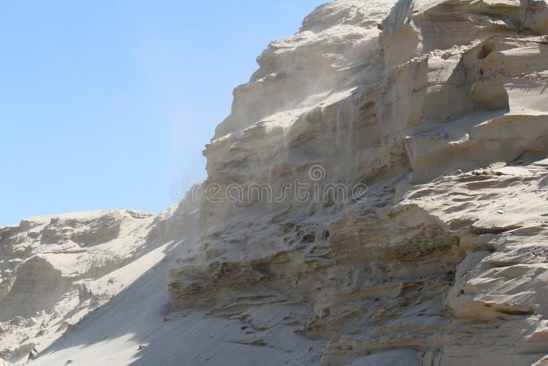 Wind die over de woestijn blazen royalty-vrije stock afbeelding