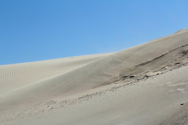 Wind die over de woestijn blazen royalty-vrije stock fotografie