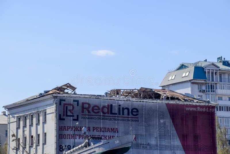 Wind-durchgebranntes Dach vom Gebäude Zerstörung des Dachelements des Hauses Konsequenzen des Hurrikans stockfotos