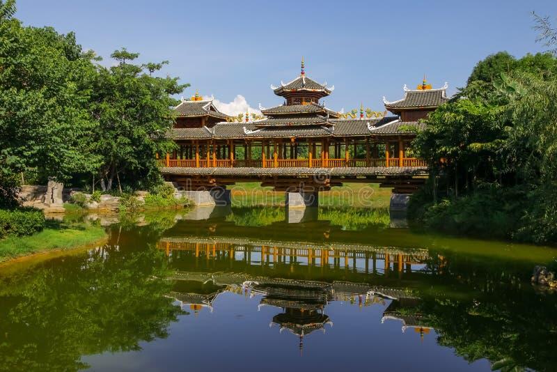 Wind en Regenbrug in Chinese tuin royalty-vrije stock foto's