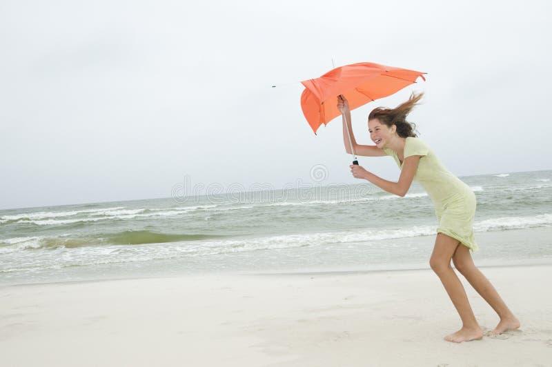 Wind en schoonheids jong meisje op het strand royalty-vrije stock afbeeldingen