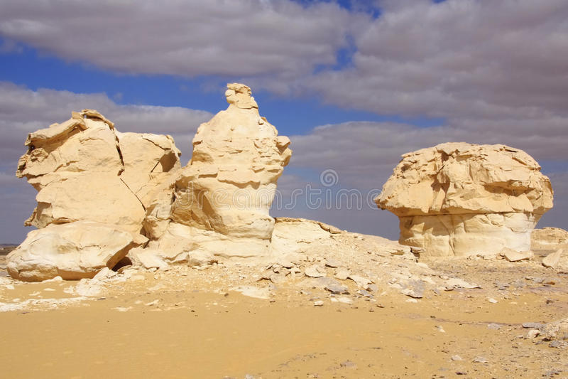 Wind en zon gemodelleerde kalksteenbeeldhouwwerken in Witte woestijn, Egypte royalty-vrije stock foto