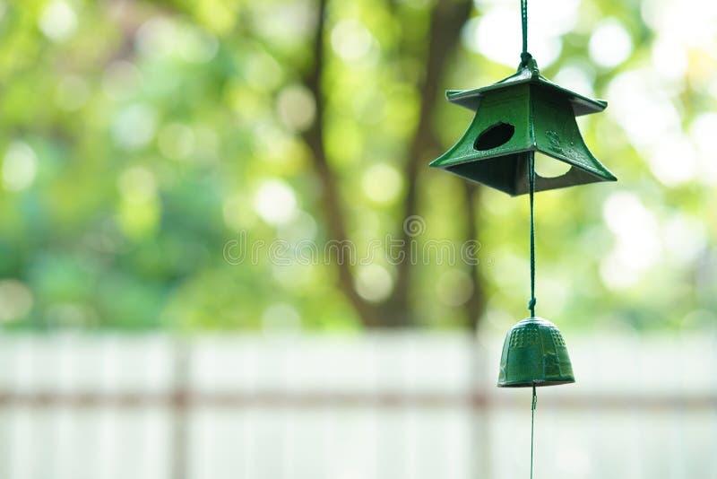 Wind-Glockenspiel Ein grünes Metallwindglockenspiel hergestellt von Japan stockfoto