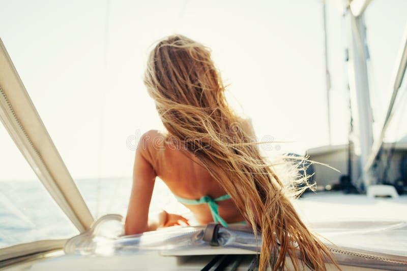 Wind im Haarsegelsport-Mädchensegelsport auf Segelboot lizenzfreie stockfotos