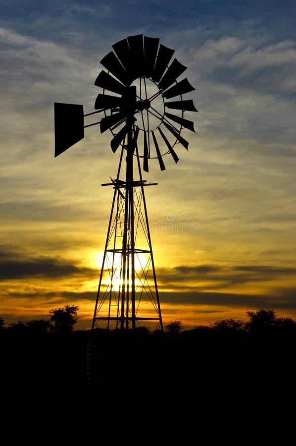 Wind-Pumpe am Sonnenaufgang stockfotografie