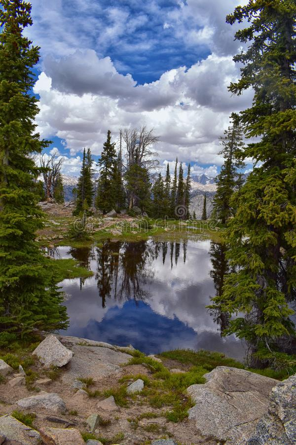 Wind River område, Rocky Mountains, Wyoming, sikter från fotvandring som fotvandrar slingan till den Titcomb handfatet från Elkha fotografering för bildbyråer