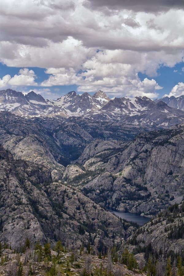 Wind River område, Rocky Mountains, Wyoming, sikter från fotvandring som fotvandrar slingan till den Titcomb handfatet från Elkha royaltyfria bilder