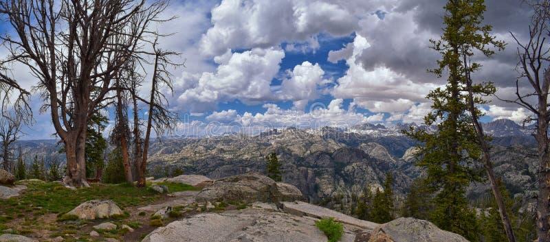 Wind River område, Rocky Mountains, Wyoming, sikter från fotvandring som fotvandrar slingan till den Titcomb handfatet från Elkha arkivfoto