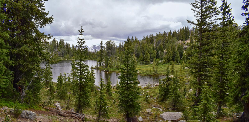 Wind River område, Rocky Mountains, Wyoming, sikter från fotvandring som fotvandrar slingan till den Titcomb handfatet från Elkha royaltyfria foton