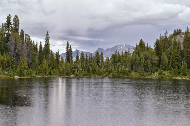 Wind River område, Rocky Mountains, Wyoming, sikter från fotvandring som fotvandrar slingan till den Titcomb handfatet från Elkha royaltyfri foto