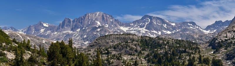 Wind River-Waaier, Rocky Mountains, Wyoming, meningen van het backpacking van wandelingssleep aan Titcomb-Bassin van Elkhart-het  stock afbeelding