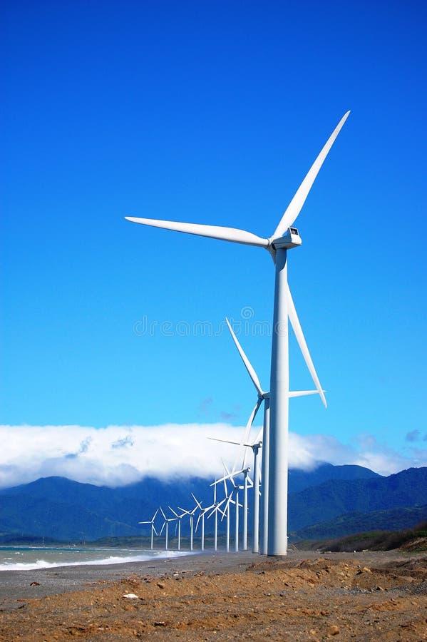 Wind-Turbine in einer einzelnen Reihe stockfotografie