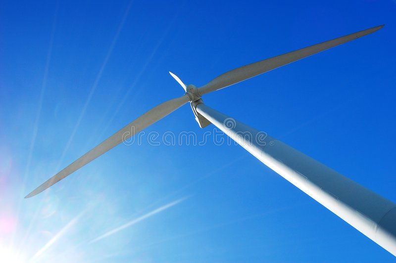 Wind-Turbine und ein Sonnegreller glanz stockfotos