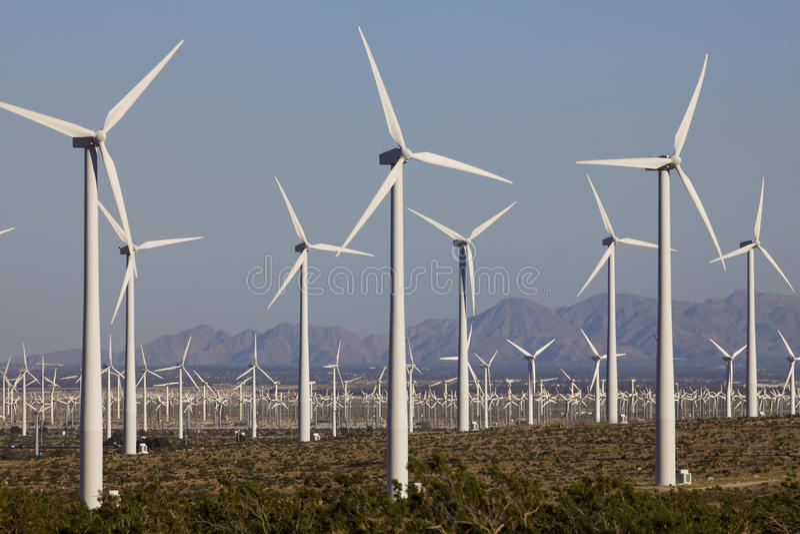 Wind-Turbinen auf alternative Energie-Windmühlen-Bauernhof lizenzfreie stockfotografie