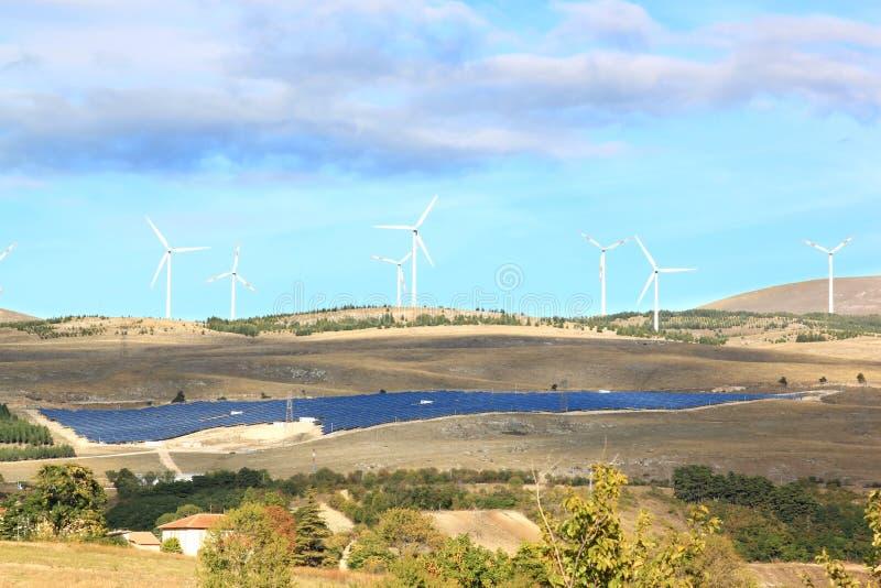 Wind- und Sonnenenergie, Nationalpark Gran Sasso, Italien stockfotos