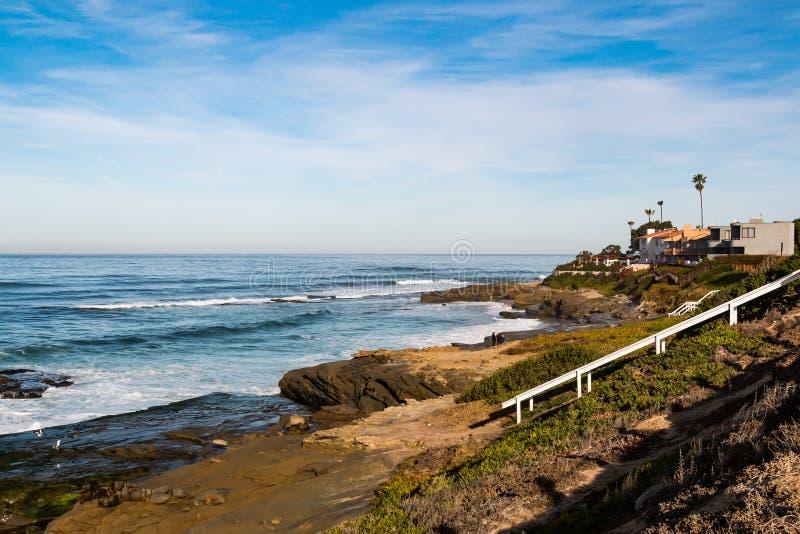 Windansea strand i La Jolla med strandtillträdestrappuppgången royaltyfri bild