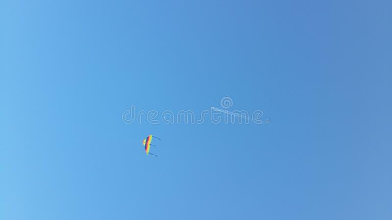 Winddrachen und -flugzeug lizenzfreie stockbilder