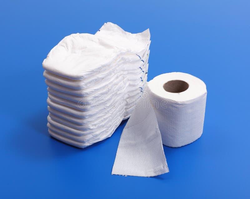 Windel- und Toilettenpapierrolle lizenzfreies stockfoto