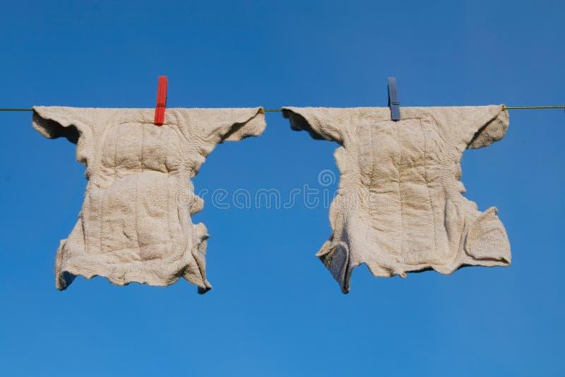 Windeln auf einer Kleidungzeile lizenzfreie stockfotos