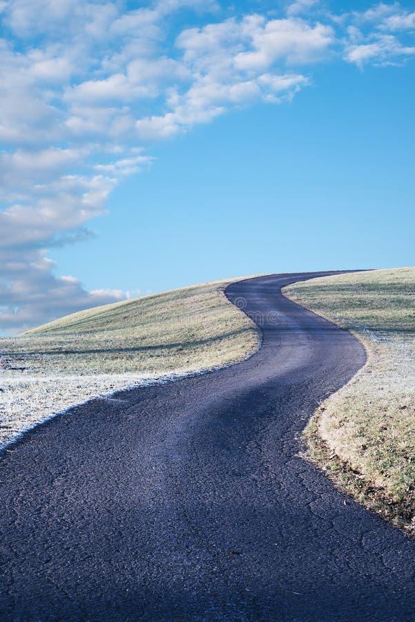 Windende manier op de heuvel, blauwe hemel met wolken en exemplaarruimte royalty-vrije stock foto's