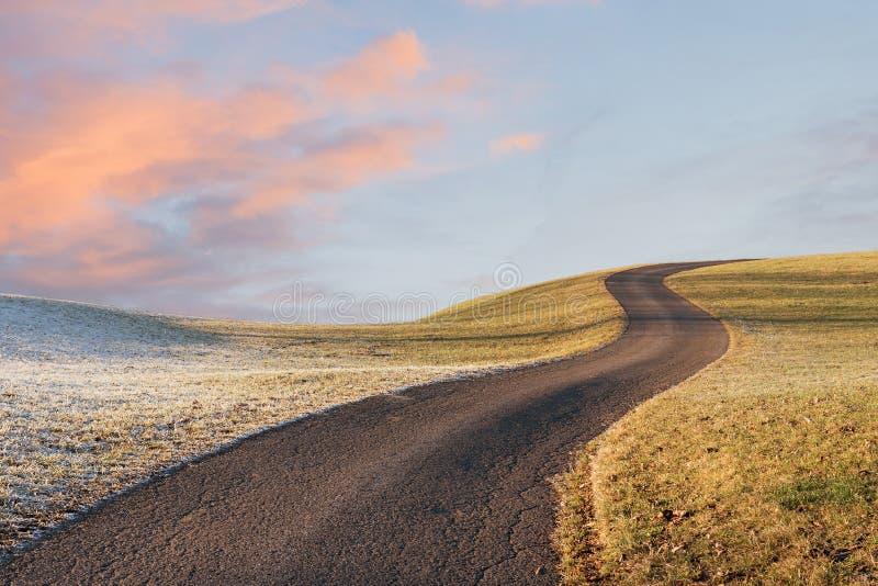 Windende manier op de heuvel, ochtendlandschap met roze wolken en stock afbeeldingen