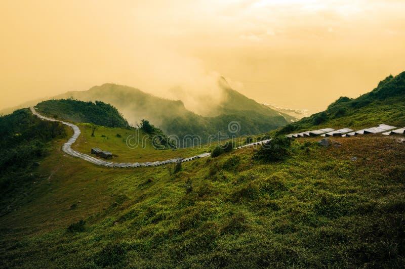 Windende wandelingsweg langs een grasrijke bergrand op de Historische Sleep van Caoling op de oostkust van Taiwan ` s stock afbeelding