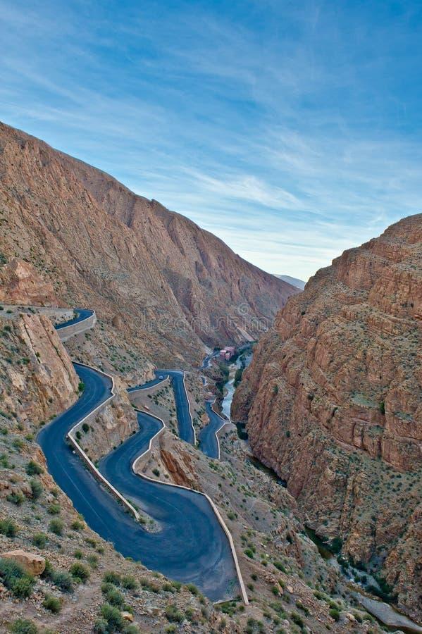 Windende weg in de atlasbergen, Marokko stock afbeelding