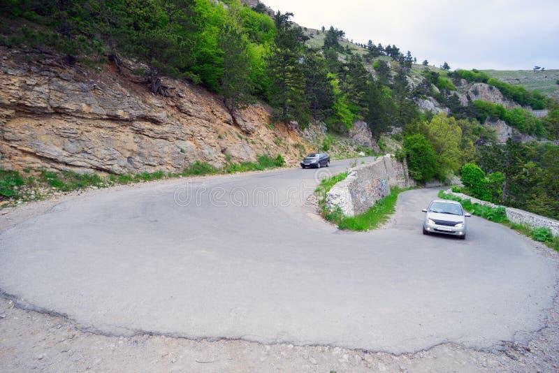 Windende weg in de bergen stock afbeelding