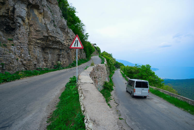 Windende weg in de bergen stock foto
