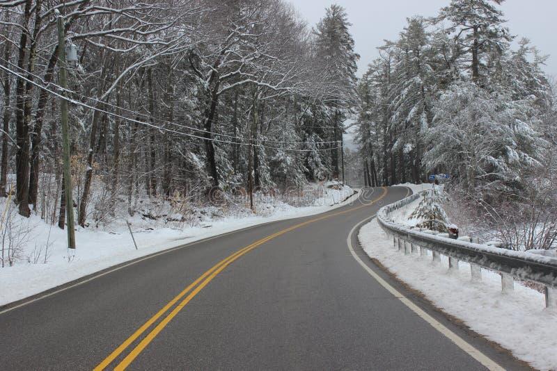 Windende weg in de winter in Witte bergen royalty-vrije stock foto's