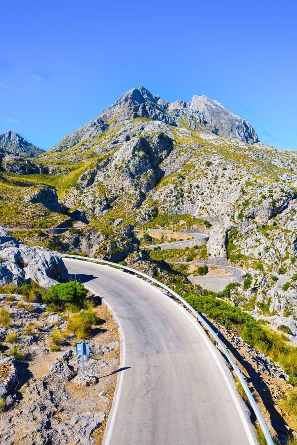 Windende weg die door bergen leiden stock afbeeldingen