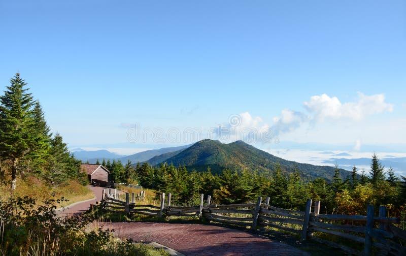 Windende weg door bergen Zet Mitchell State Park op, Noord-Carolina, de V.S. royalty-vrije stock fotografie
