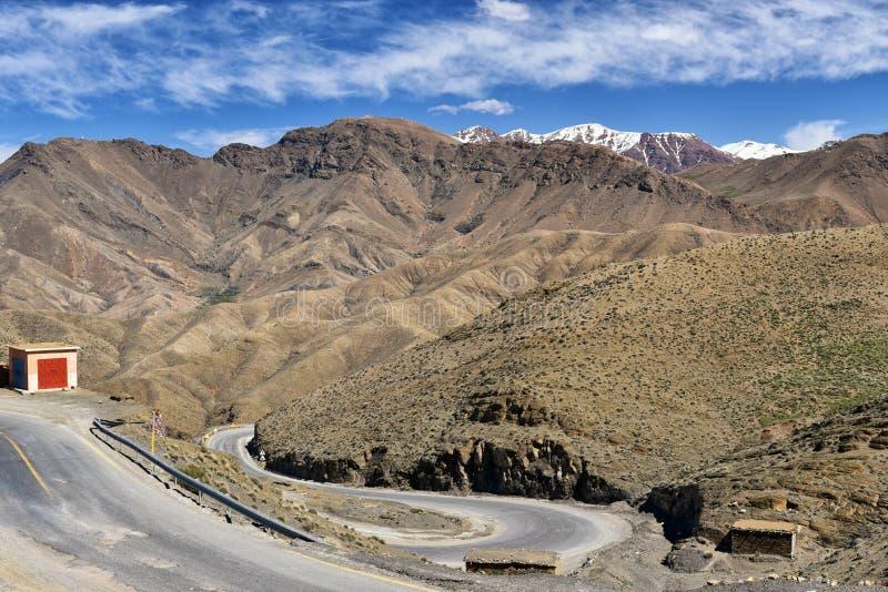 Windende weg in hoge Atlasbergen, Marokko stock afbeelding
