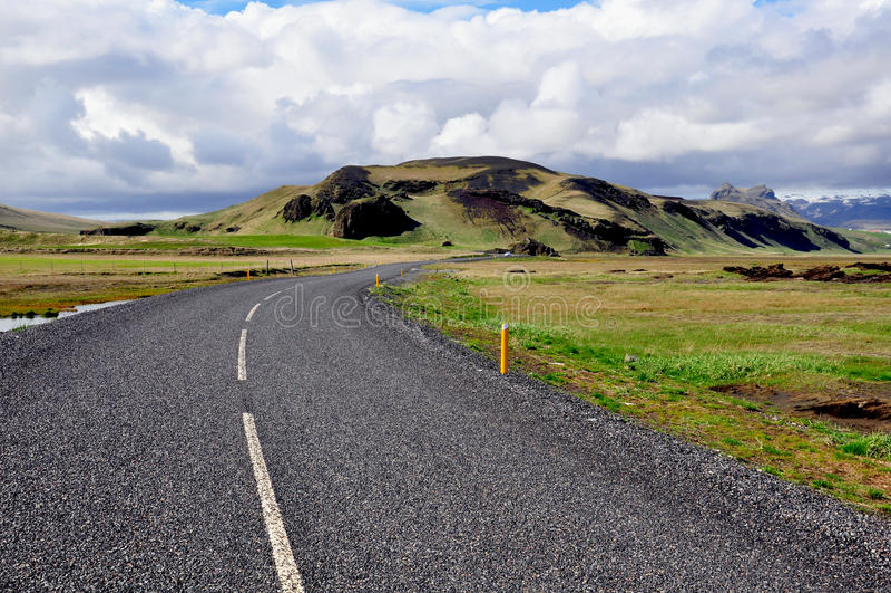 Windende Weg in IJsland stock foto's